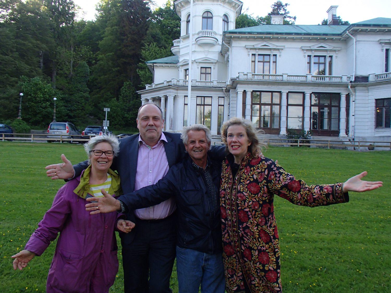 Delar av styrelsen framför Villa Överås